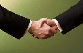 契約後の握手